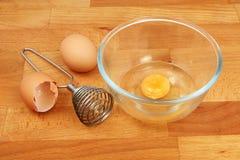 Os ovos bacia e Whisk imagem de stock royalty free