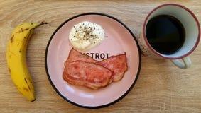os ovos bacon e café da banana tomam o café da manhã de cima sobre de Ta de madeira imagens de stock royalty free