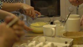 Os ovos batendo da mulher video estoque