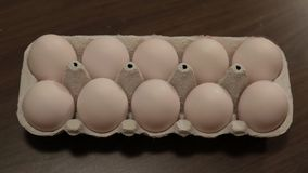 Os ovos brancos na pilha da caixa transformam em ovos marrons animation dissolva filme