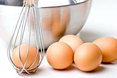 Os ovos com bacia e whisk cozinhando o alimento Imagem de Stock