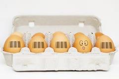 Os ovos com os mesmos códigos de barras e o um ovo são diferentes Imagem de Stock