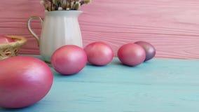 Os ovos cor-de-rosa da Páscoa na cesta projetam o tiro lento decorativo da composição do vintage, vídeos de arquivo