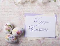 Os ovos da páscoa cardam com fontes da caligrafia imagens de stock