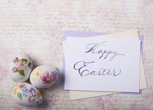 Os ovos da páscoa cardam com fontes da caligrafia fotografia de stock