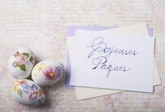 Os ovos da páscoa cardam com fontes da caligrafia Fotos de Stock Royalty Free