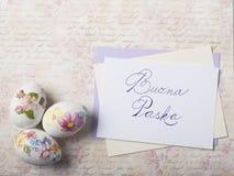 Os ovos da páscoa cardam com fontes da caligrafia imagens de stock royalty free