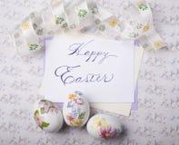 Os ovos da páscoa cardam com fontes da caligrafia fotografia de stock royalty free