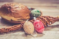 Os ovos da páscoa caseiros e feitos a mão no vidoeiro ramificam na bandeja de madeira, checo tradicional, caça do ovo da páscoa,  Imagem de Stock