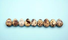 Os ovos da páscoa colocam horizontalmente o teste padrão no fundo pastel Conceito mínimo foto de stock
