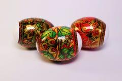 Os ovos da páscoa com pintura original estão na cesta na tabela Imagens de Stock Royalty Free