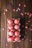 Os ovos da páscoa cor-de-rosa wodden sobre o fundo Copyspace Ainda foto da vida dos lotes de ovos da páscoa cor-de-rosa Fundo com Imagem de Stock Royalty Free