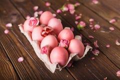 Os ovos da páscoa cor-de-rosa wodden sobre o fundo Copyspace Ainda foto da vida dos lotes de ovos da páscoa cor-de-rosa Fundo com Foto de Stock Royalty Free