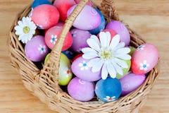Os ovos da páscoa decorados com margaridas dobraram dentro uma cesta Foto de Stock Royalty Free