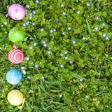 Os ovos da páscoa diferentes da cor nas mãos do ` um s da criança egg a caça Fotos de Stock