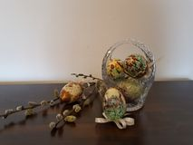 Os ovos da páscoa e o salgueiro ramificam na madeira, ilustration, fundos fotos de stock