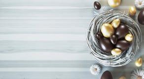 Os ovos da páscoa em um ninho, 3d de Chocaolate rendem a ilustração ilustração royalty free