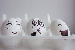 Os ovos da páscoa enfrentam exultam no feriado de vinda fotos de stock