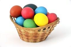 Os ovos da páscoa estão na cesta. Foto de Stock Royalty Free