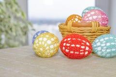 Os ovos da páscoa estão na roupa multi-colorida laçado Imagem de Stock Royalty Free