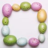 Os ovos da páscoa moldam no branco Fotos de Stock Royalty Free