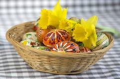 Os ovos da páscoa pintados feitos a mão caseiros na cesta de vime, tradicional handcraft ovos Imagens de Stock
