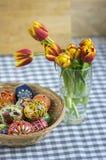 Os ovos da páscoa pintados feitos a mão caseiros na cesta de vime, tradicional handcraft ovos Fotografia de Stock Royalty Free