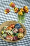 Os ovos da páscoa pintados feitos a mão caseiros na cesta de vime, tradicional handcraft ovos Fotografia de Stock
