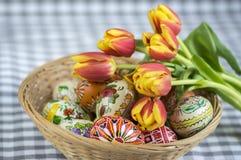 Os ovos da páscoa pintados feitos a mão caseiros na cesta de vime, tradicional handcraft ovos Fotos de Stock Royalty Free