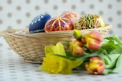 Os ovos da páscoa pintados feitos a mão caseiros na cesta de vime, tradicional handcraft ovos Foto de Stock Royalty Free
