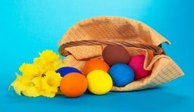 Os ovos da páscoa que deixaram cair e flores imagem de stock