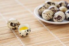 Os ovos de codorniz em uma placa de madeira Imagens de Stock