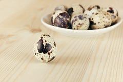 Os ovos de codorniz em uma placa de madeira Ainda a vida rústica Foto de Stock