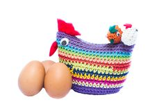 Os ovos e a galinha de Brown trançaram a cor isolados em Backgroun branco Fotografia de Stock