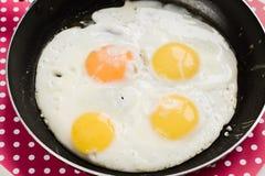Os ovos em uma frigideira aprontam-se perto acima Fotos de Stock Royalty Free