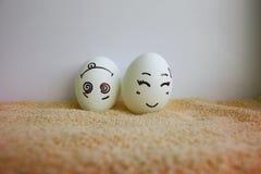 Os ovos engraçados com conceito das caras são toda de cabeça para baixo Foto de Stock