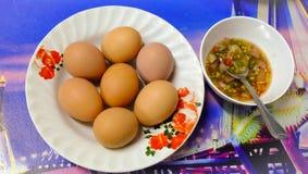Os ovos fervidos com molho são deliciosos Imagens de Stock Royalty Free