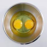 Os ovos frescos na bacia Imagem de Stock