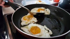 Os ovos fritados eye o olho fritado ovos que cozinha a cozinha Fotografia de Stock Royalty Free