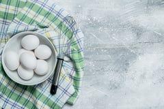 Os ovos na bacia com whisk imagens de stock royalty free