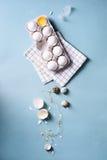 Os ovos ou a galinha da clara de ovos eggs em um bloco para ovos, ovos de codorniz, fundo do alimento Ovo rachado com branco e ge Imagem de Stock