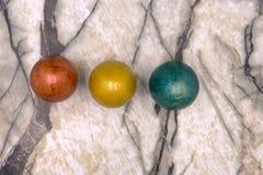 Os ovos pequenos da Páscoa brilhante colorida alinharam no meio da imagem, feita do plasticine no fundo obscuro de madeira com az Foto de Stock Royalty Free