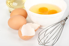 Os ovos, petróleo e whisk Fotografia de Stock Royalty Free