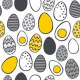 Os ovos pintados à mão amarelam o teste padrão desarrumado da Páscoa cinzenta no branco Fotos de Stock