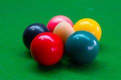Os ovos são combinados com a cor das bolas da sinuca fotos de stock