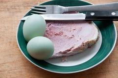 Ovos e presunto verdes em uma placa Imagem de Stock