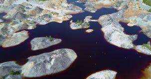 Os pássaros da pedreira dos reparos da natureza voam acima do lago formado por chuvas video estoque