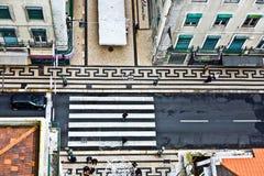 Os pássaros veem a uma faixa de travessia na parte velha de Lisboa, Portugal Imagens de Stock Royalty Free