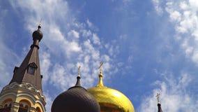 Os pássaros voam na frente das abóbadas da igreja ortodoxa vídeos de arquivo