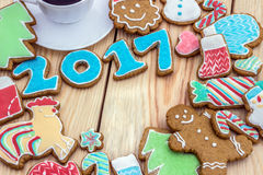 Os pão-de-espécie são decorados pelos 2017 anos novo podem ser usados como o cartão Imagens de Stock Royalty Free